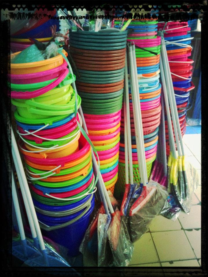 Lots of buckets Jakarta, Pasar Tebet