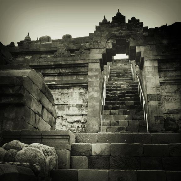 borobodour-temple-yogya-climb