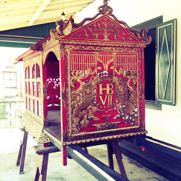 yogyakarta-kraton-sultans-chair1