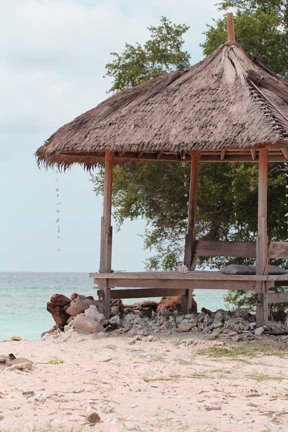 beach-pagoda-gili-trewanan-lombok