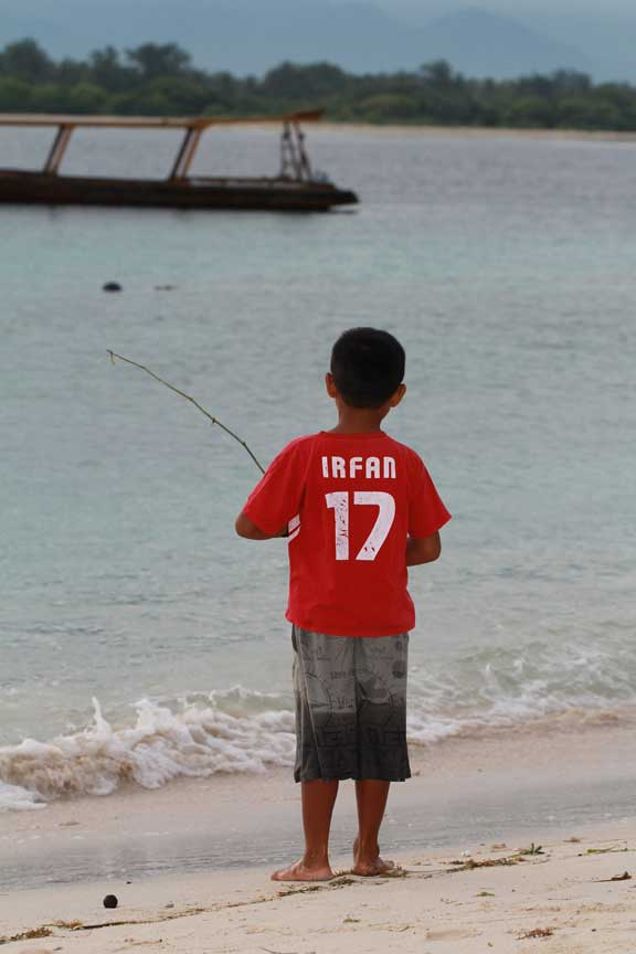 boy-fishing-gili-trawangan-lombok