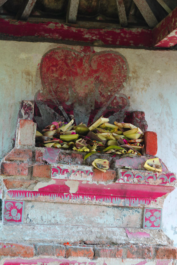 bali-roadside-shrine-indonesia-images