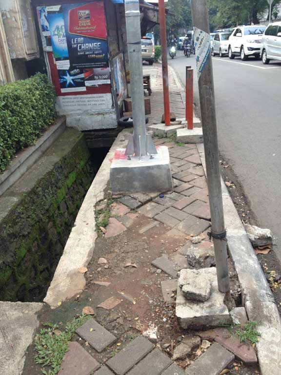 jakarta-pavements-dead-end-sewer