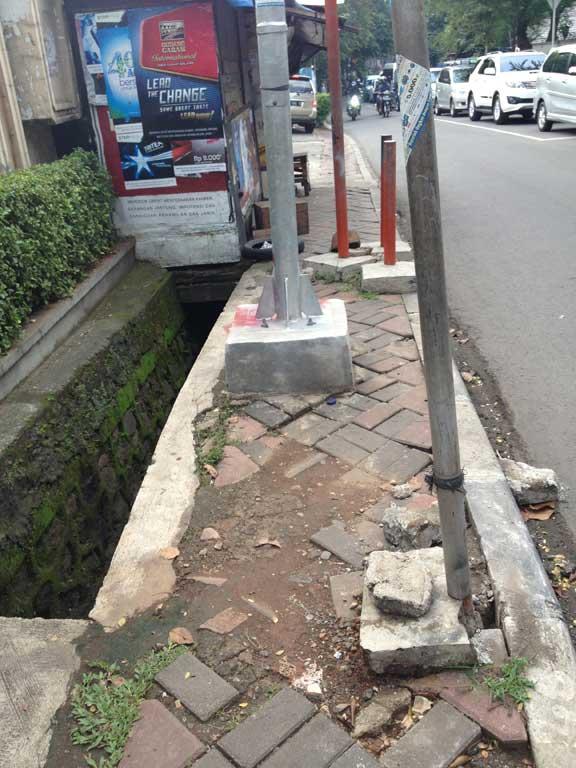 jakarta-pavements-dead-end-sewer