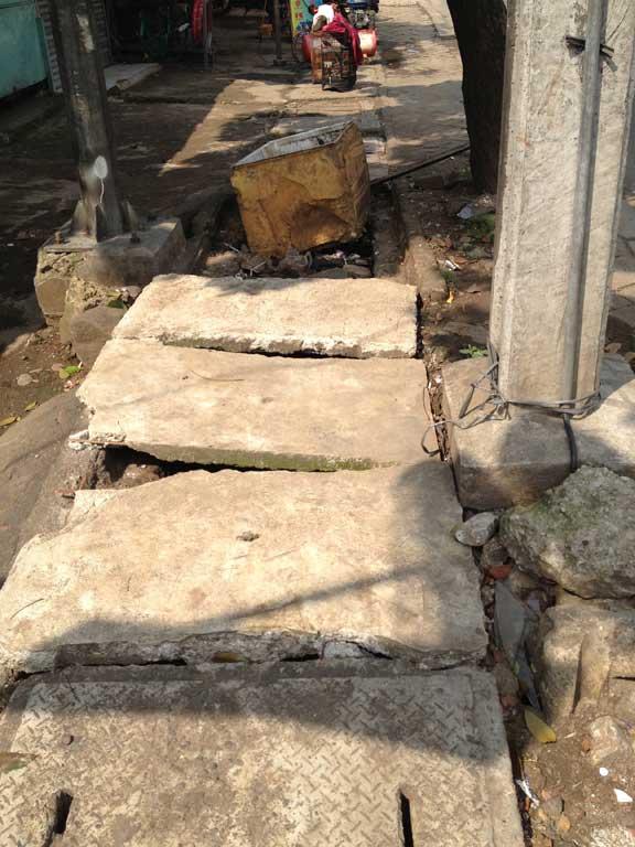 jakarta-pavements-stumbling-blocks