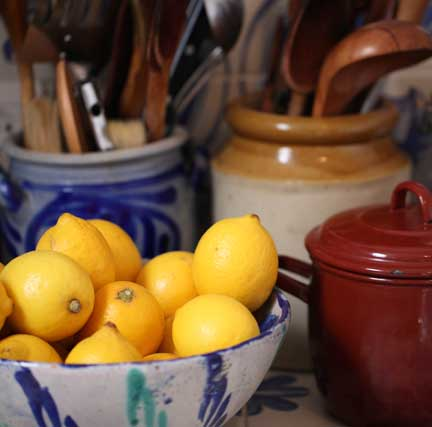 delft-pot-and-lemons